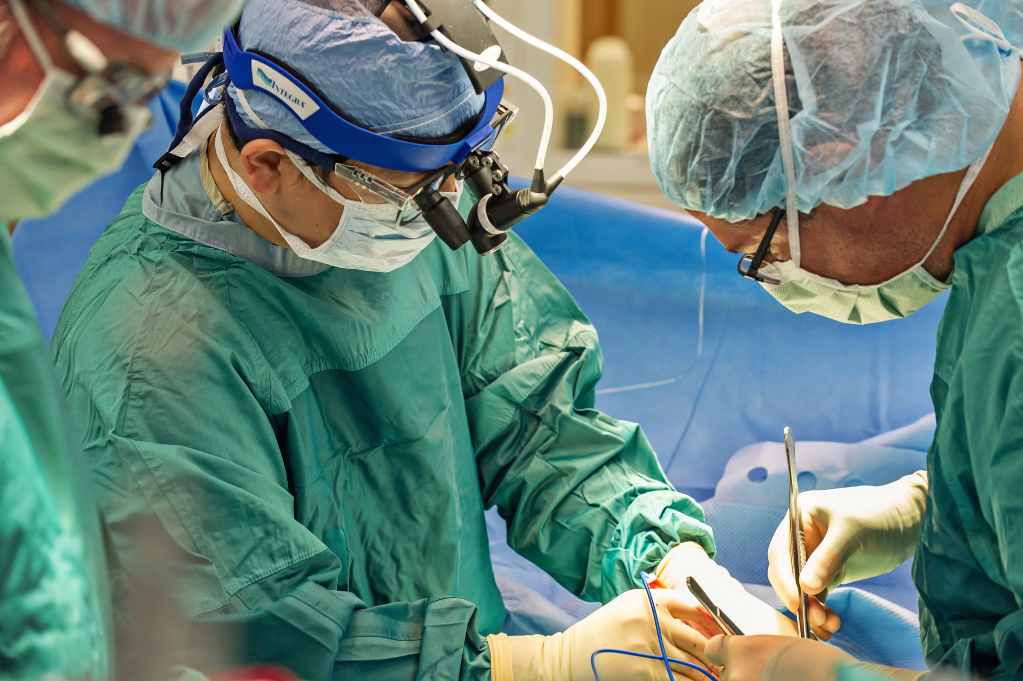 Surgeons inserting a LVAD into a patient